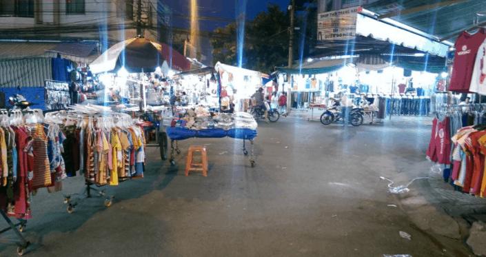 Tại chợ đêm Bình Dương bày bán rất nhiều mặt hàng khác nhau