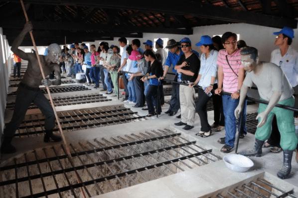 Du khách tham quan chuồng cọp tại nhà tù Côn Đảo