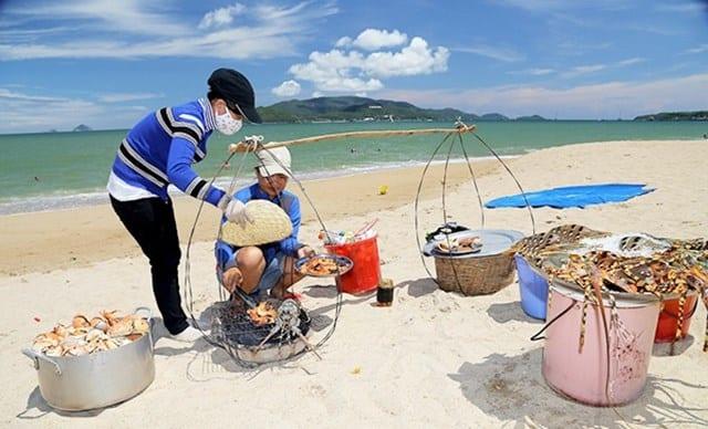 Những gánh hàng hải sản được bán tại bờ biển (Ảnh ST)
