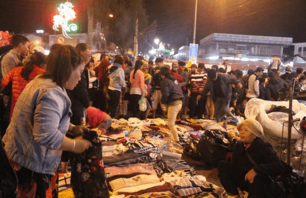 Hàng hóa được bày bán trên cả vỉa hè