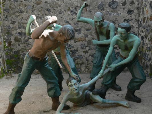 Hình ảnh mô tả hình thức tra tấn của bọn thực dân tại nhà tù Côn Đảo