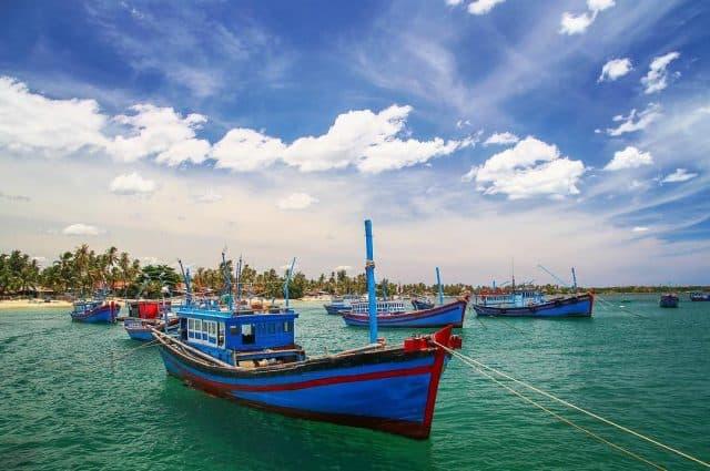 Biển Hòn Chùa tấp nập thuyền bè neo đậu (Ảnh: @huuanhnguyen)