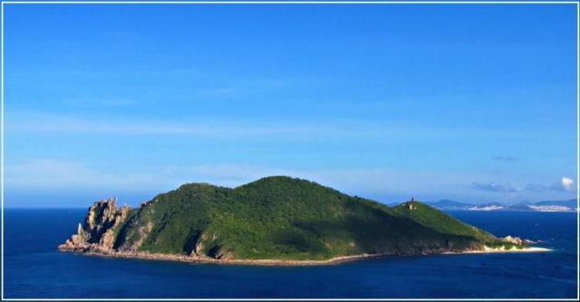 Hòn Chùa nổi bật giữa màu xanh của biển cả mênh mông (Ảnh: Sưu tầm)