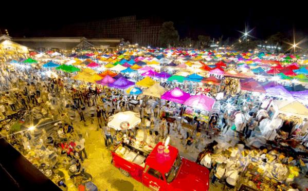 Rất nhiều gian hàng được bày bán tại chợ đêm Thủ Dầu Một