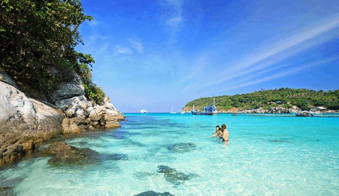 Hòa mình vào làn nước trong xanh tại biển Phú Quốc