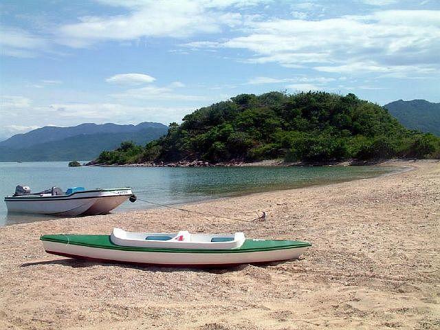 Bãi biển lặng gió ở Hòn Sầm (Ảnh ST)