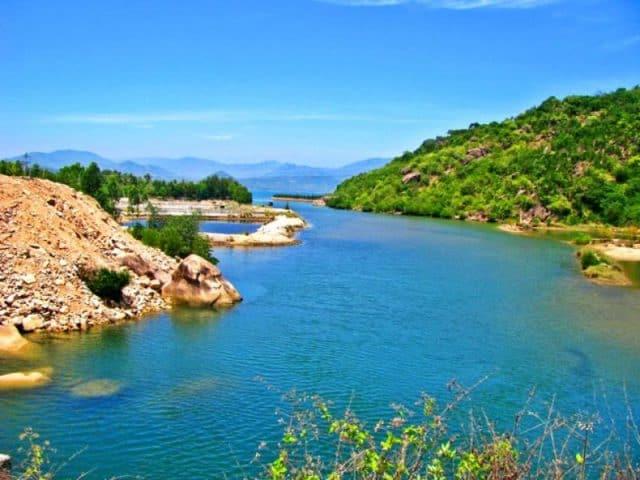 Đi thuyền quanh đảo Bình Hưng (Ảnh ST)