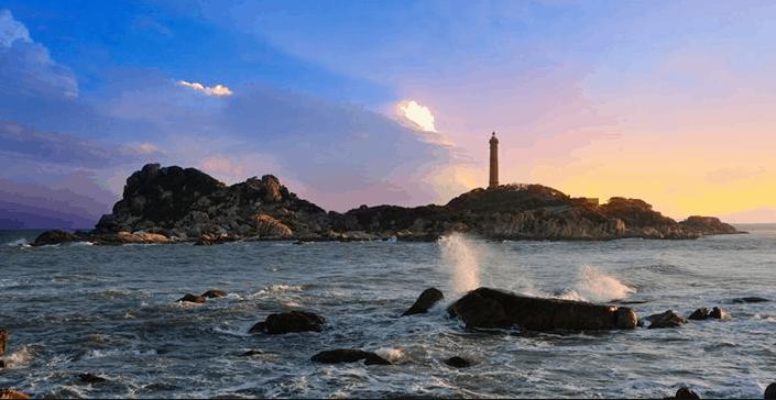 Ngọn hải đăng Kê Gà hùng vĩ đứng giữa bãi biển hoang sơ