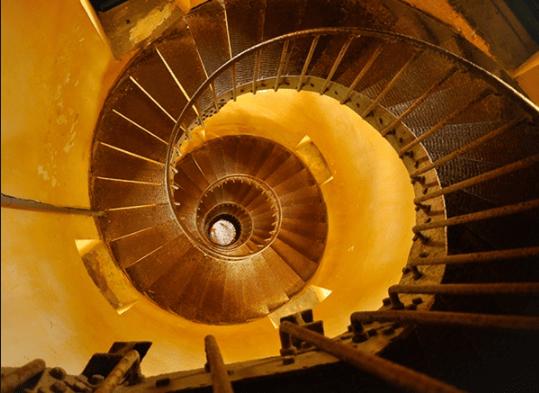 Cầu thang xoắn ốc dẫn lên đỉnh ngọn hải đăng