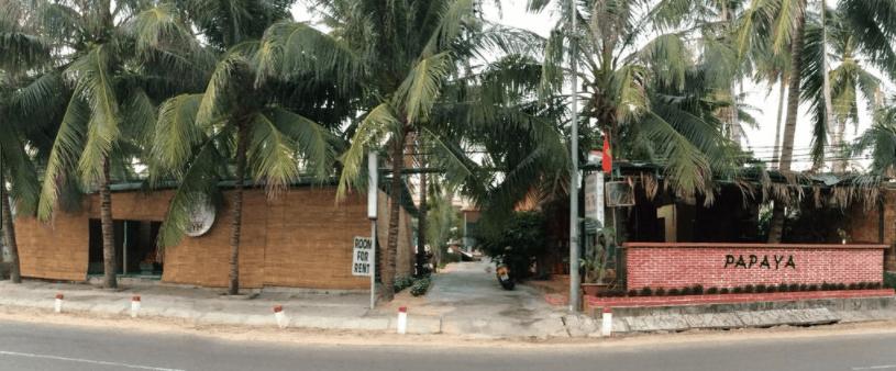 Phía ngoài nhà nghỉ Papaya