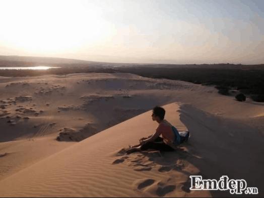 Ngồi trên đỉnh đồi ngắm cảnh phía xa đồi cát