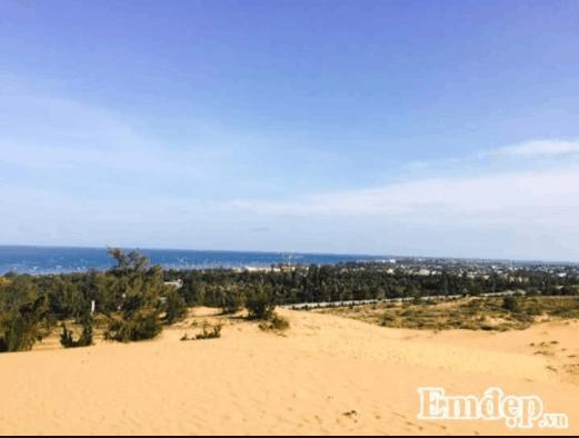 Từ đồi cát ngắm cảnh biển phía xa xa