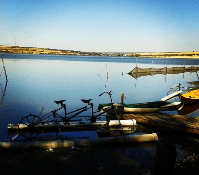 Thuê thuyền dạo quanh hồ