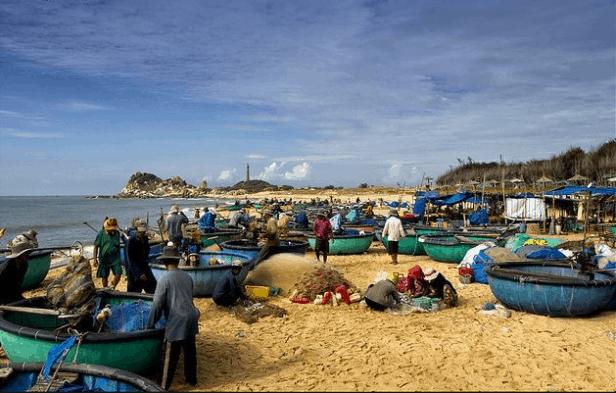 Người dân làng chài gỡ cá khỏi lưới