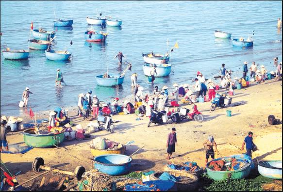 Cảnh đông đúc ở làng chài Mũi Né