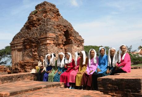 Người dân Chăm Pa hàng ngày vẫn ghé qua tháp Chàm để ngồi nghỉ ngơi