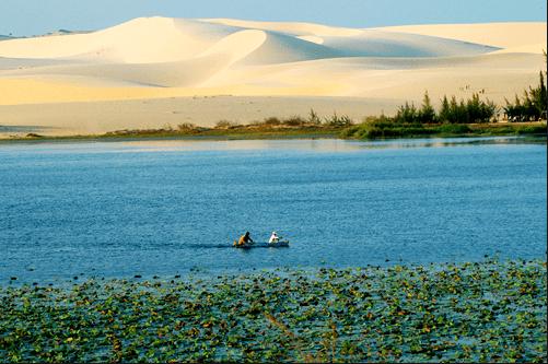 Ngồi trên thuyền lênh đênh trên hồ nước khám phá vẻ đẹp Bàu Trắng