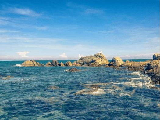 Vẻ đẹp quyến rũ của bờ đá phía Đông Hòn Rơm