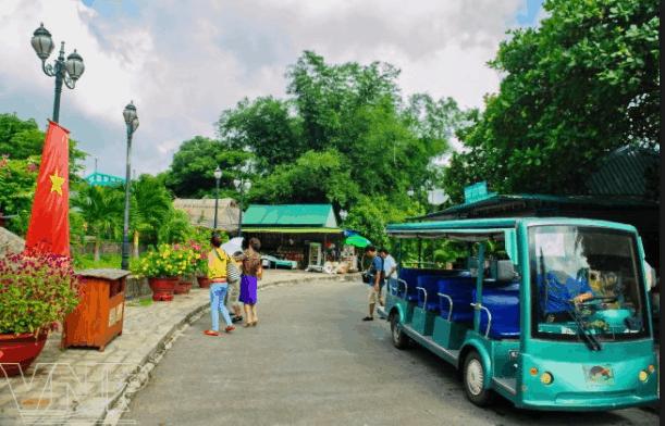 ĐI xe điện dạo quanh khu du lịch