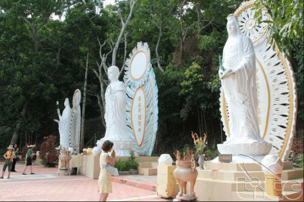 Những bức tượng phật trên núi