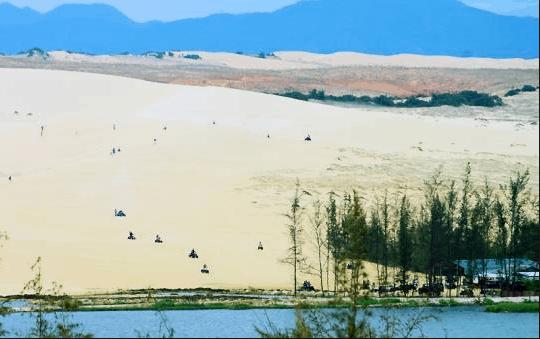 Đồi cát mênh mông ôm lấy hồ nước trong xanh