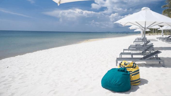 Bãi biển cát trắng tuyệt đẹp tại resort Sol Beach House