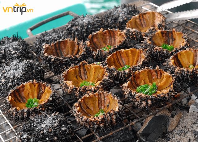 Nhum nướng được chế biến với nhiều loại khác nhau để du khách có thể tự do lựa chọn sao cho hợp khẩu vị (Ảnh: Sưu tầm)