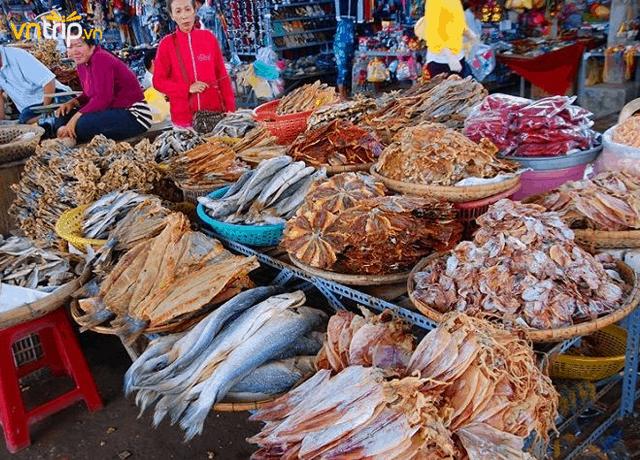Những mặt hàng trong chợ khá đa dạng (Ảnh: Sưu tầm)