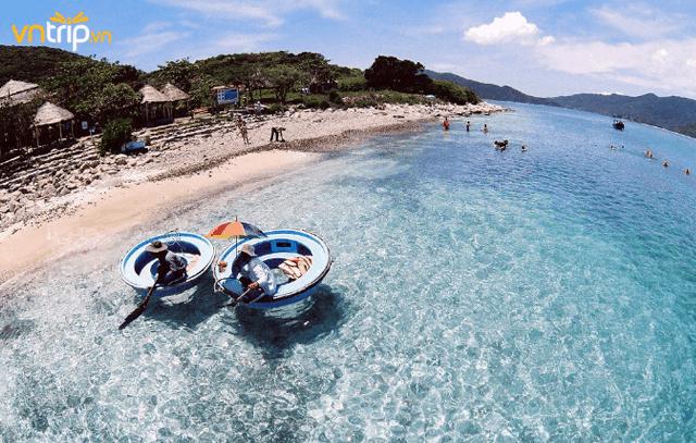 Nước biển trong xanh ở Hòn Mun (Ảnh ST)