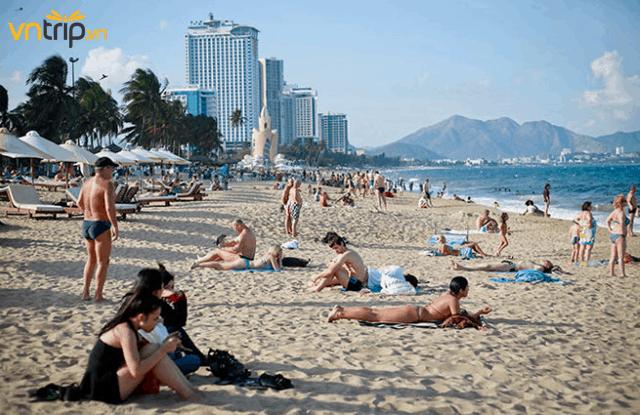 Những bãi biển du lịch cũng trở nên sầm uất hơn bởi tháng 8 là mùa cao điểm cho các chuyến du lịch biển (Ảnh: Sưu tầm)