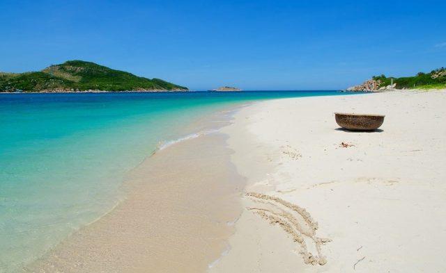 Bãi biển trải dài trên đảo Bình Hưng (Ảnh ST)