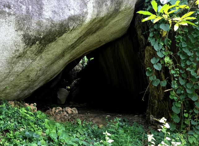 Hang Bạch Hổ nằm dưới chân núi đá Voi
