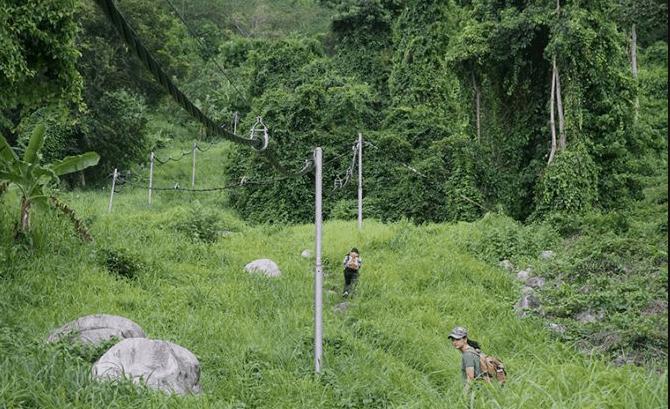 Leo núi theo đường cột điện
