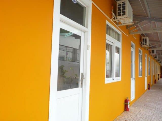 Bức tường sơn màu cam nổi bật của khách sạn này (ảnh ST)