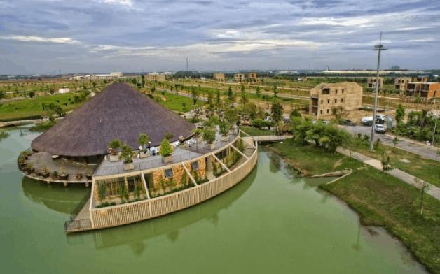 Trung tâm hội nghị Tre Việt tọa lạc trên mặt hồ Tịnh Đế Liên