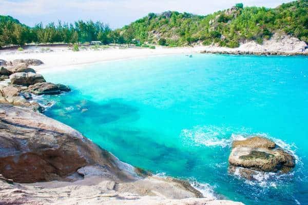 Nước biển xanh như ngọc ở Bãi cây me (Ảnh ST)