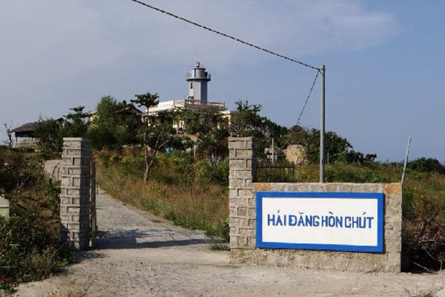 Cổng vào khám phá địa điểm Hải đăng Hòn Chút (Ảnh ST)