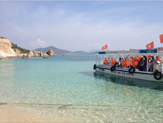 Nếu muốn thăm tận nơi bè nuôi hải sản của ngư dân thì chắc chắn bạn phải di chuyển bằng thuyền đó! (Ảnh ST)