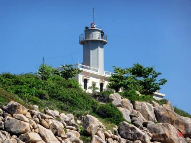 Ngọn hải đăng chiếu sáng soi đường cho hàng ngàn con tàu trong đêm, bảo vệ sự an toàn cho biết bao ngư dân bám biển trở về (Ảnh ST)