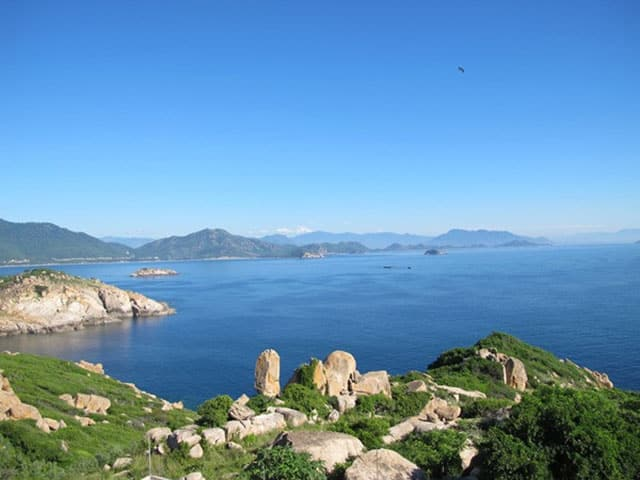 Bạn có thể ngắm trọn vẹn những cung đường biển đẹp tuyệt vời, bãi đá trứng tự nhiên có lịch sử hàng hơn cả trăm năm (Ảnh ST)