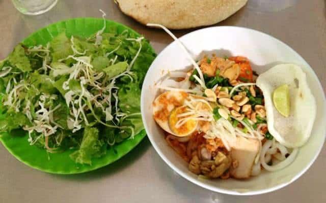 Ăn kèm với bánh tráng (bánh đa) cùng các loại rau như xà lách, bắp chuối, diếp cá, rau húng, rau quế, rau cải, hành, mùi để làm tăng hương vị nhé (Ảnh ST)