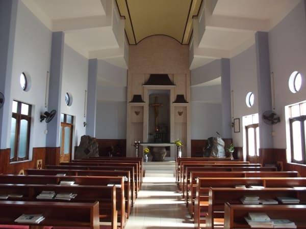 Bên trong nhà thờ Ghềnh Ráng (Ảnh ST)