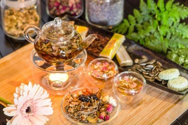 Trà cung đình Huế có rất nhiều loại thảo dược quý trong đó, bởi thế nên dù có thể dùng hàng ngày (Ảnh ST)
