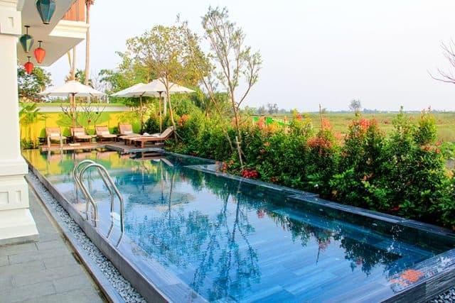 Hồ bơi trong khuôn viên khách sạn (Ảnh ST)