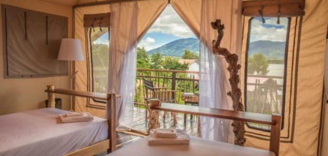 Phòng ngủ có view nhìn ra hồ đẹp mê mẩn (Ảnh ST)
