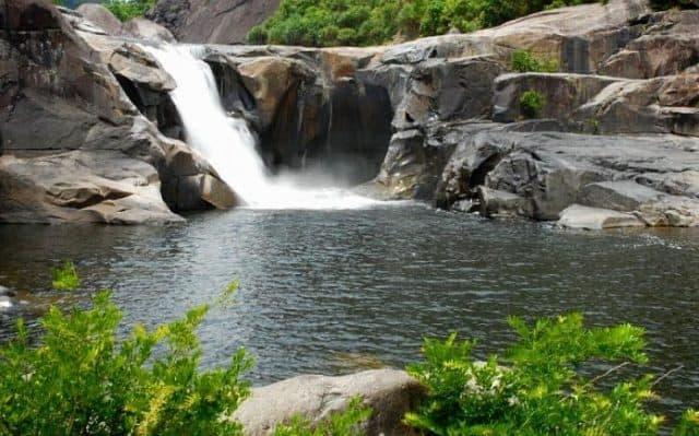 Dòng nước của con suối Cái chảy đổ xuống một vực sâu tạo thành một dòng thác lớn tung bọt trắng xoá (ẢNH ST)