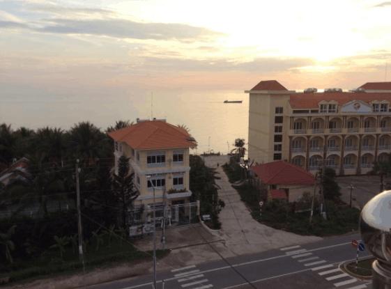 Từ sân thượng khách sạn nhìn ra biển