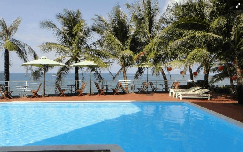 Bể bơi ngoài trời của khách sạn