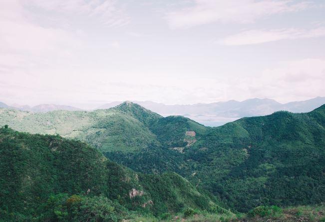 Nhìn từ trên đỉnh ngọn núi một bên là biển một bên là đồi núi trập trùng (Ảnh ST)