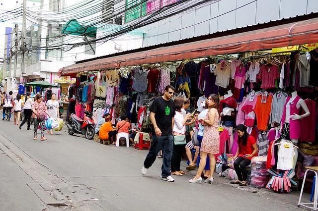 Người mua sắm ở chợ Pratunam (ẢNH ST)